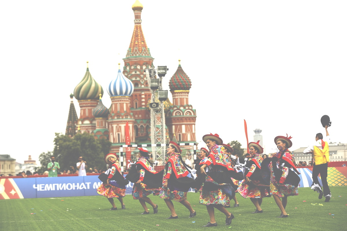 peruvian ladies dancing in front of the Kremlin