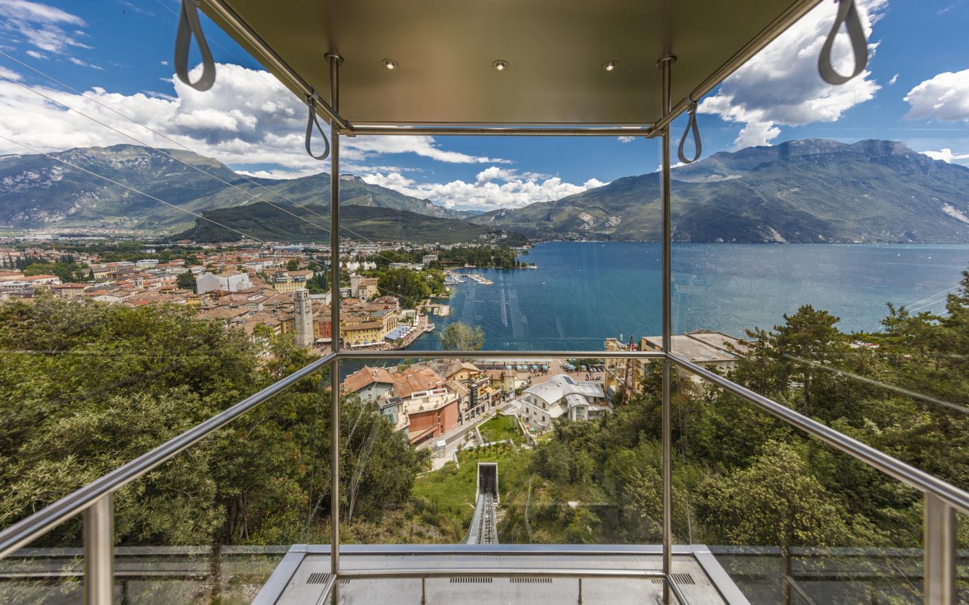 Nieuwe panoramische lift naar de top: beleef de Dolce Vita in de lucht boven het Gardameer